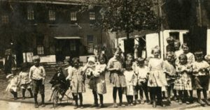 Children outside property owned by OHA, 1920