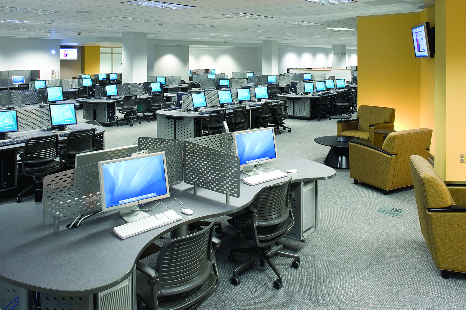 Picture of large compuer lab